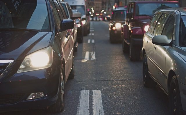cambio-de-propietario-de-vehículo-carros-circulando
